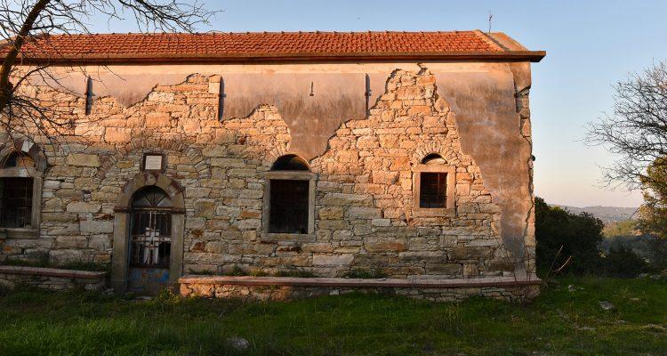 Walking around the old Katarraktis village in Chios